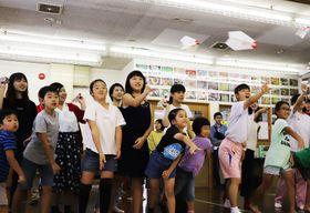 将来の夢を書いた紙飛行機を飛ばす子どもたち=長崎市琴海児童館