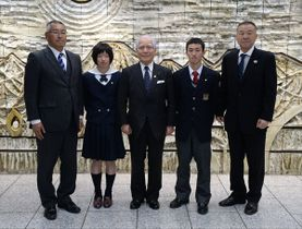 下野新聞社を訪れた右から大谷津理事長、大谷、高橋会長、岡田、鈴木監督