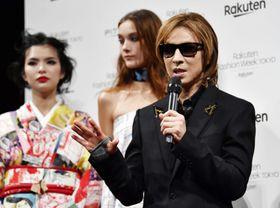 東京コレクションのショーの後で、取材に応じる「X JAPAN」のYOSHIKIさん=14日午後、東京・渋谷