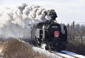 煙を上げて疾走する「SL冬の湿原号」=23日、北海道標茶町