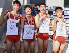 【陸上男子400メートルリレー決勝を40秒24の東海高校新記録で制した四日市工メンバー(左から山路、高橋、林、西山)=スポーツの杜伊勢競技場で】