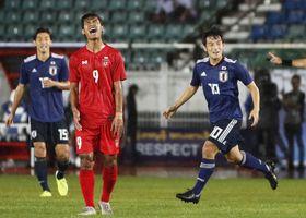 日本―ミャンマー 前半、先制ゴールを決め駆けだす中島(右)=ヤンゴン(共同)