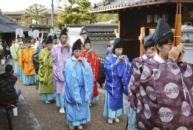 日本最古の官道といわれる「竹内街道」で行われた時代行列=20日午後、大阪府太子町