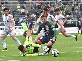 鳥取―AC長野 後半、ゴール前に切り込んできた相手FWをAC長野のGK田中(手前左)が体を張ってセーブ
