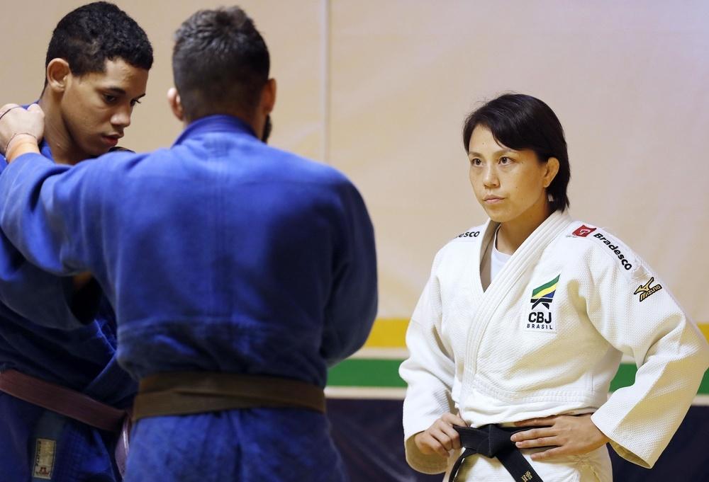 練習で選手の動きを見るブラジル柔道男子代表監督の藤井裕子さん=2019年9月、リオデジャネイロ(共同)