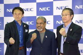 記者会見した藤川修執行役員(左)とNECの関係者ら=20日午後、東京都港区