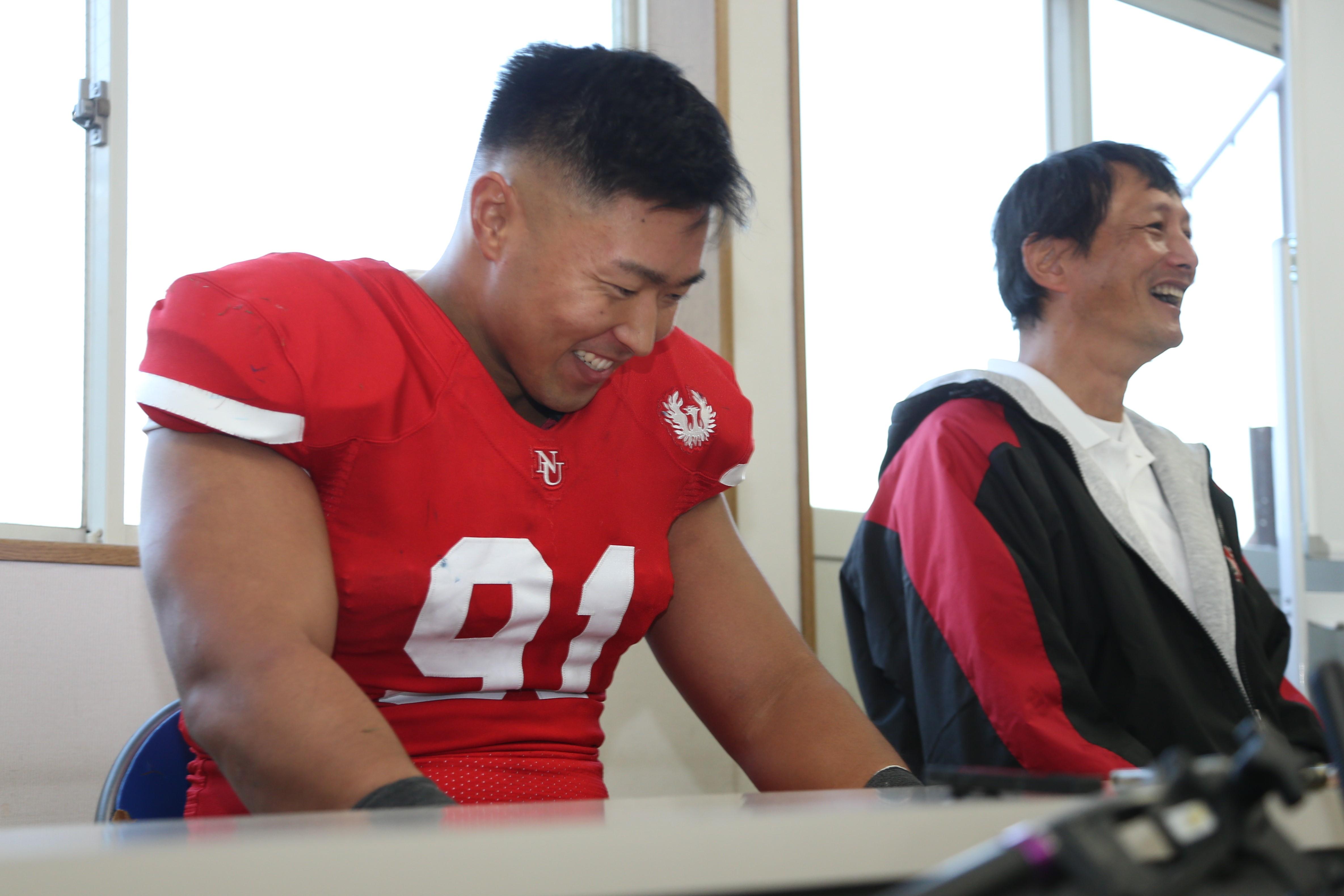 試合後の記者会見で、橋詰功監督とともに笑顔を見せる宮川泰介選手=撮影:松嵜未来