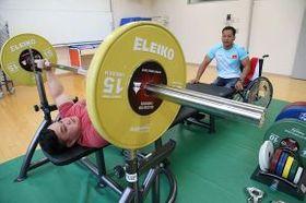 パラパワーリフティング専用のベンチプレス台で練習に励むパラリンピックのベトナム代表候補選手(加藤哲朗撮影)