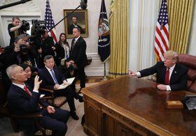 1月31日、米ホワイトハウスで中国の劉鶴副首相(左端)と面会するトランプ大統領(右端)(ゲッティ=共同)