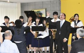 駐日メキシコ大使公邸でホセ・アダン・ペレス氏(手前右)の歌声に合わせて演奏する福島市立福島第二中学吹奏楽部のメンバー=24日午後、東京都千代田区