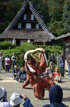 保存会メンバーが披露した民謡「こきりこ」=川崎市立日本民家園