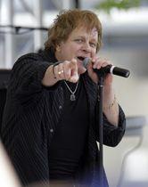 米中西部インディアナポリスでのイベントで歌うマネーさん=2010年5月(AP=共同)