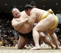 貴景勝(左)がつき膝で遠藤に敗れる=両国国技館