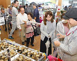 オープンとともに多くの来店客が訪れたイオン浪江店=14日午前、浪江町