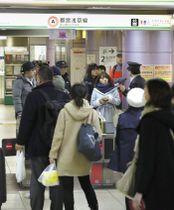 停電の影響で、混み合う都営地下鉄浅草線の新橋駅改札=24日午後7時46分