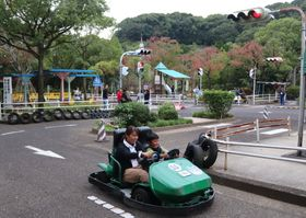 遊びながら交通ルールを学ぶ来園者。48年間にわたり、市民に親しまれた=佐世保市交通公園