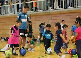 V長崎の選手とサッカーを楽しむ子どもたち=長崎市、長崎大総合体育館
