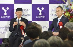 対談する大村智北里大特別栄誉教授(左)と山中伸弥・京都大iPS細胞研究所長=19日午後、甲府市