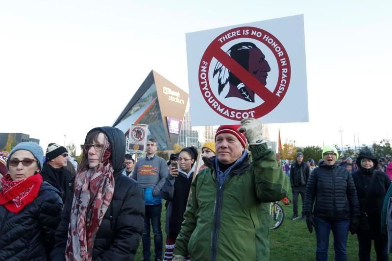 「レッドスキンズ」というチーム名に抗議するネイティブアメリカンの人たち(AP=共同)