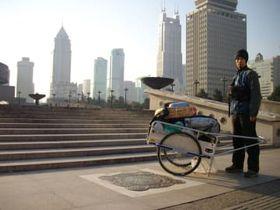 中国・上海人民広場を出発した吉田さん=09年1月1日、中国(本人提供)