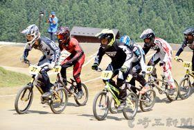決勝レースで熱戦を繰り広げる選手たち=15日午後、埼玉県秩父市大滝の秩父滝沢サイクルパークBMXコース