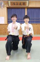躰道の全国大会で優勝した杉山優二郎さん(左)と青柳是呂さん=20日、新潟市北区の練武館