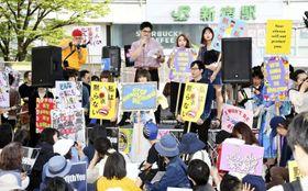昨年、東京・新宿で開かれた集会で、セクハラや女性蔑視に抗議する人たち