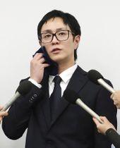 釈放後に記者会見する人気音楽グループ「AAA」の浦田直也リーダー=21日夜、東京都港区