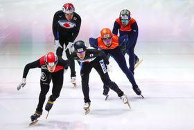 男子5000メートルリレー予選で滑る日本(手前左から2人目ら)=ドルトレヒト(ゲッティ=共同)