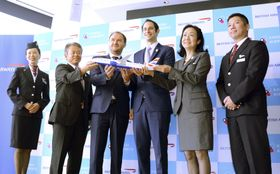 関西空港とロンドン・ヒースロー空港を結ぶ直行便を就航すると発表したブリティッシュ・エアウェイズの幹部ら=25日、大阪府泉佐野市