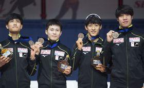 男子5000メートルリレーで3位となり表彰台に上がった日本。右から坂爪亮介、渡辺啓太、横山大希、吉永一貴(AP=共同)