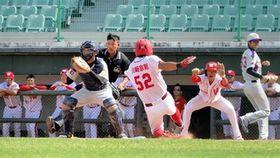 4回、味方の安打で二塁から生還する味全の川崎