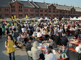 初日から大勢の来場者でにぎわう会場=横浜赤レンガ倉庫前のイベント広場