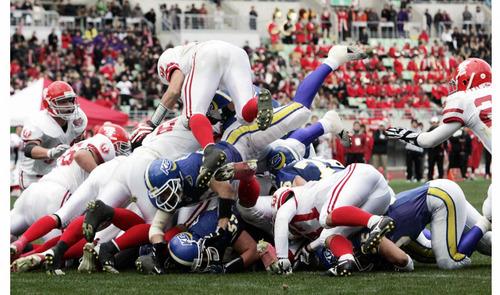 日大―関学大 第4クオーター、試合終了間際に逆転のTDを狙う関学大の攻撃を必死に防ぐ日大=07年、長居