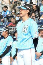 千葉ロッテのファン感謝イベントで、選手会長としてあいさつする鈴木=17日、ZOZOマリン