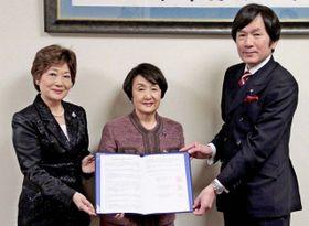 協定を締結する(左から)都築理事長、林市長、寺師会長=横浜市役所