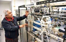 廃食用油をバイオジェット燃料にリサイクルするHiBD研究所の試験装置。藤元薫代表理事が操作する
