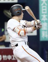 9回巨人無死一、二塁、代打重信が左越えにサヨナラ二塁打を放つ=京セラドーム
