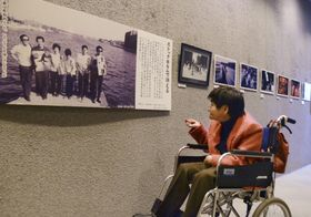 水銀被害の撲滅を訴えてきた自身の歩みを紹介する企画展を訪れた胎児性水俣病患者の坂本しのぶさん=19日午後、熊本県水俣市の市立水俣病資料館