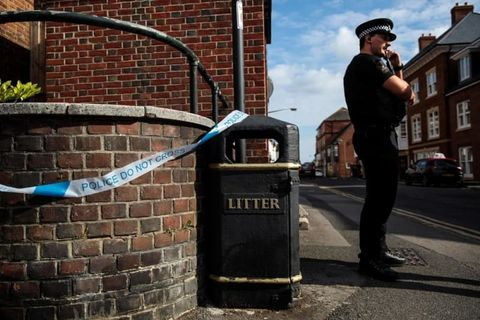 英国人男女が立ち寄ったとみられる場所に立つ警察官=4日、英南部ソールズベリー(ゲッティ=共同)