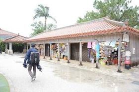 客足が遠のき、売り上げが減少している首里城近くの土産品店=21日、那覇市首里
