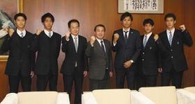 全国選手権に出場する鵬学園のメンバーと不嶋豊和市長(中)ら=七尾市役所で