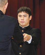 優秀選手表彰を受ける竹谷理央前主将=金沢市の県青少年総合研修センターで