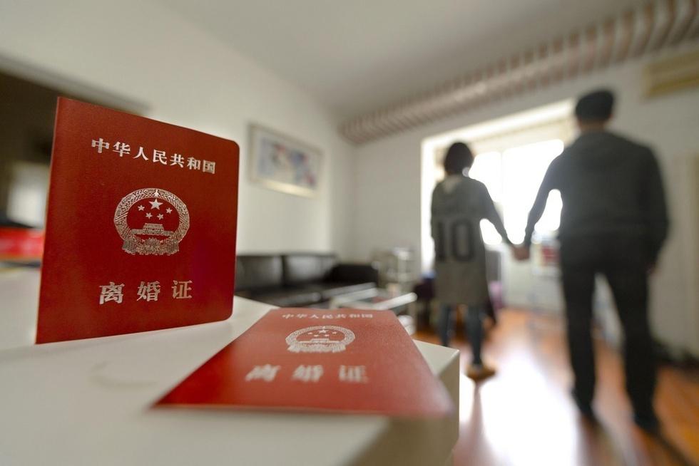 住宅を購入するため偽装離婚した夫婦。子どもには離婚の事実は伝えていないという=北京(撮影・八田尚彦、共同)