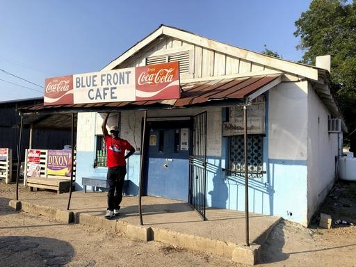 営業中の最古のジューク・ジョイント「ブルー・フロント・カフェ」。1970年代になるまで、黒人はコカ・コーラを販売できなかったという=19年8月、米ミシシッピ州ベントニア(共同)