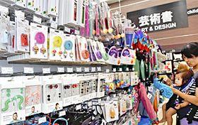 スマートフォンの充電器(手前)などカラフルな雑貨が並ぶ店内
