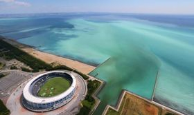 千葉市沖の東京湾で発生した青潮。左下はZOZOマリンスタジアム=19日午後(共同通信社ヘリから)