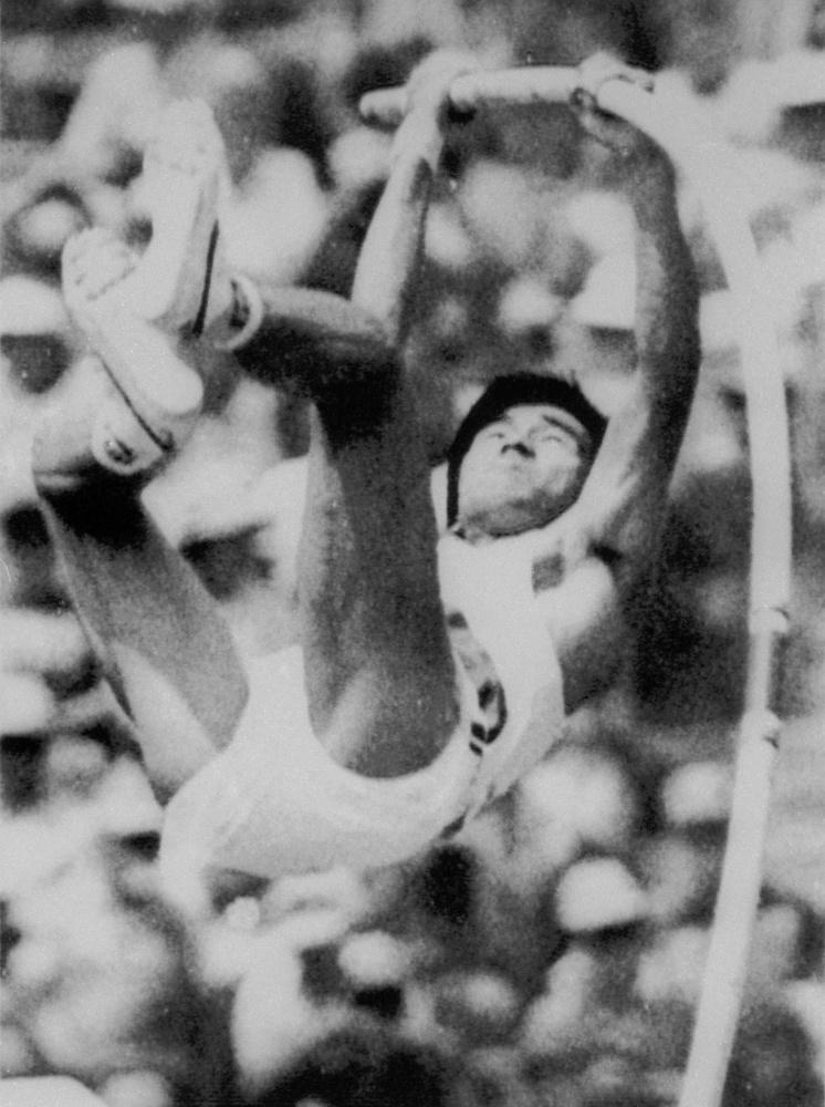1984年ロサンゼルス五輪陸上男子棒高跳び予選で5㍍30をクリアし、決勝に進出した高橋卓巳(共同)