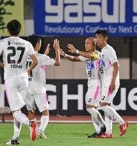 後半36分、自身が放ったクロスボールが湘南の選手に当たり、オウンゴールとなり、タッチを交わす鳥栖・吉田(右から2人目)(撮影・中村太一)