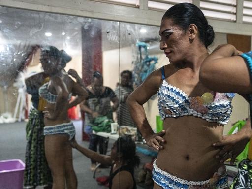 「ミス・サモア・ファファフィネ・パジェント」のステージ裏で準備をするペトラ・トラビス。メークや衣装を担当するのもファファフィネだ=19年8月、サモア・アピア(共同)